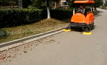 洁博士敞开式清扫车视频(清扫落叶)