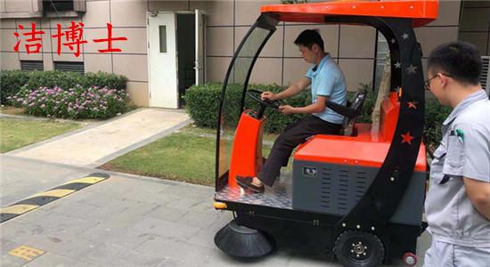 洁博士电动驾驶扫地车