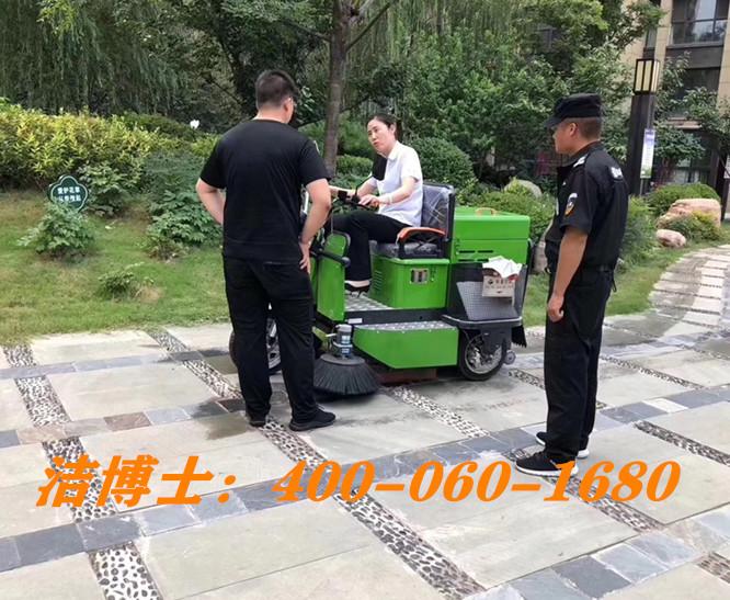 洁博士驾驶扫地车客户案例-上海华川保洁服务有限公司